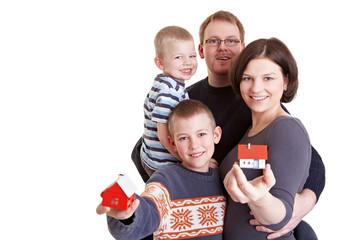 Familie mit zwei Miniaturhäusern