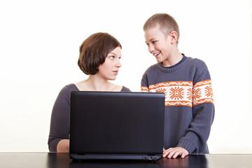 Sohn hilft seiner Mutter am Computer