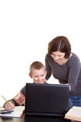 Kind lernt mit Mutter am Computer