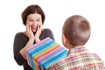 Sohn gibt seiner Mutter ein Geschenk
