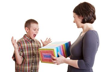 Kind freut sich über ein Geschenk
