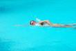 donna nuotando a stile libero