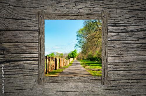 Blick nach draußen in eine schöne Landschaft