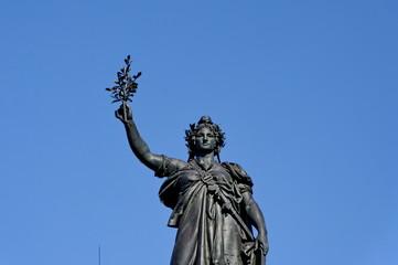 Marianne tenant un rameau d'olivier. République, Paris.