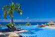 paysage tropical bleu outremer : piscine, océan et ciel