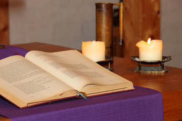 Bibel auf Altar in evangelischer Kirche