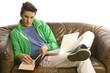 Mann liesst