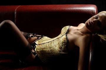 Frau erotisch auf Sofa