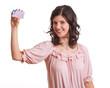 Frau hält einen Führerschein in der Hand
