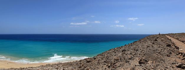 randonnée sur chemin de littoral dans l'île de fuerteventura
