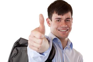 Glücklich lachender Student mit Rucksack zeigt Daumen nach oben
