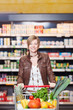 junge frau beim einkauf im supermarkt