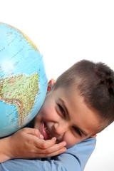bambino sorridente con mappamondo