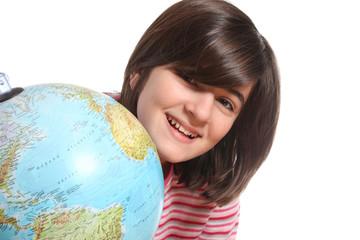 adolescente dietro ad un mappamondo