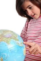 adolescente osserva un mappamondo