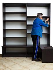 ouvrier assemblant une bibliothèque