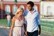 Städtetourismus - Paar im Urlaub auf Brücke