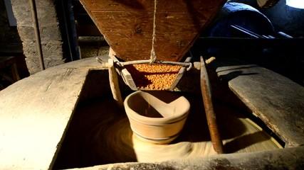 dans le moulin, moudre le grain