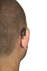 Ohr mit Hörgerät freigestellt