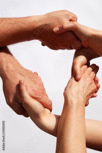 Mehrere Hände sind ineinander verschlungen