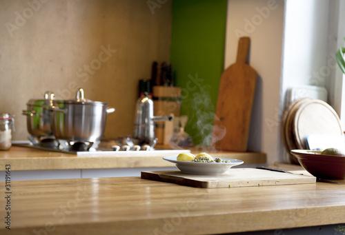 Mittagessen in einer modernen Einbauküche