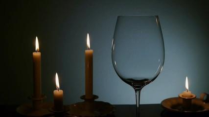 Rotwein mit Kerzen