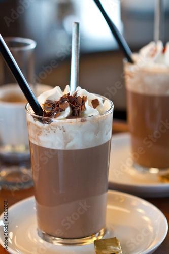 Glas Kakao mit Sahne