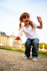 Petite fille en train de s'amuser