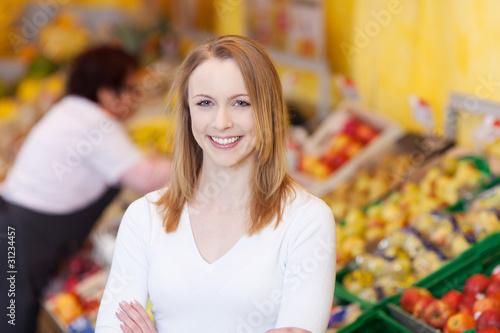 lächelnde kundin im supermarkt - 31234457