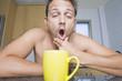 Hombre en Su Cocina Con cafe