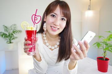 スマートフォンを持っている笑顔の女性