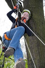 junge Frau beim Klettern