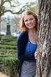 canvas print picture - junge Frau im Park