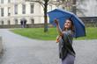 junge Frau hat Spass im Regen
