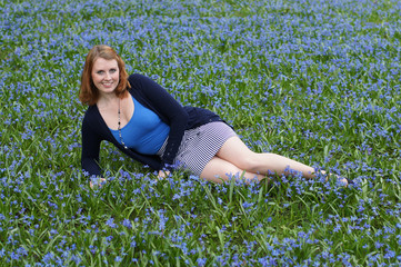 junge Frau liegt auf Blumenwiese