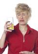 femme grimaçante en buvant son jus de fruit