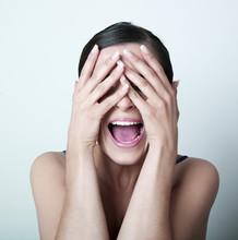 femme effrayée mains sur le visage