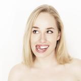Frau mit ausgestreckter Zunge