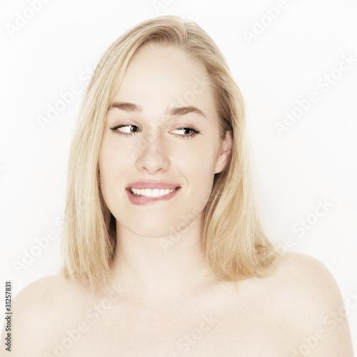 Frau beißt sich auf die Lippe Poster