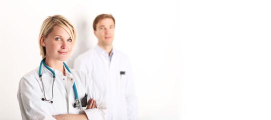 Schöne Ärztin mit Kollegen