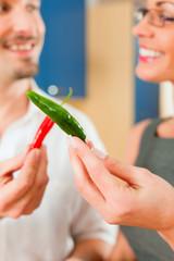 Paar beim gemeinsam kochen in Küche