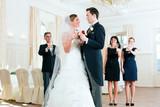 Fototapety Brautpaar stößt mit Sekt an