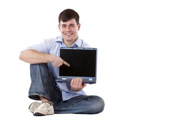 Junger, attraktiver Mann zeigt mit Finger auf Laptop Monitor