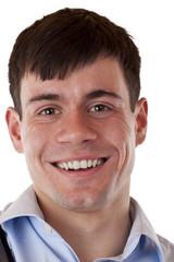 Porträt eines jungen,glücklich lächelnden Mannes