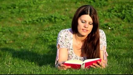 Bella ragazza legge si diverte e saluta con sorriso