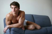 Young Sexy Man na kanapie