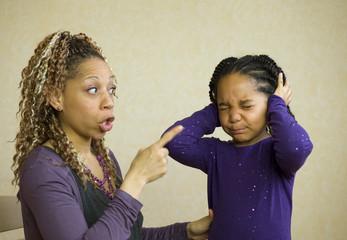 Maman qui dispute sa fille - autorité parentale