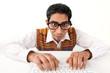 Junger Mann mit Brille am Computer