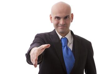 Uomo pelato in giacca e cravatta che da la mano