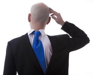 Uomo perplesso vestito al contrario in giacca e cravatta